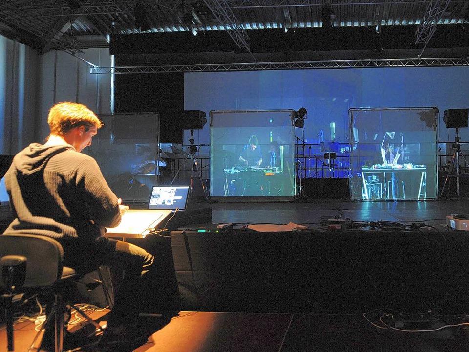 Das Nadar Ensemble hinter Videowänden ...20; bei den Donaueschinger Musiktagen.  | Foto: dpa