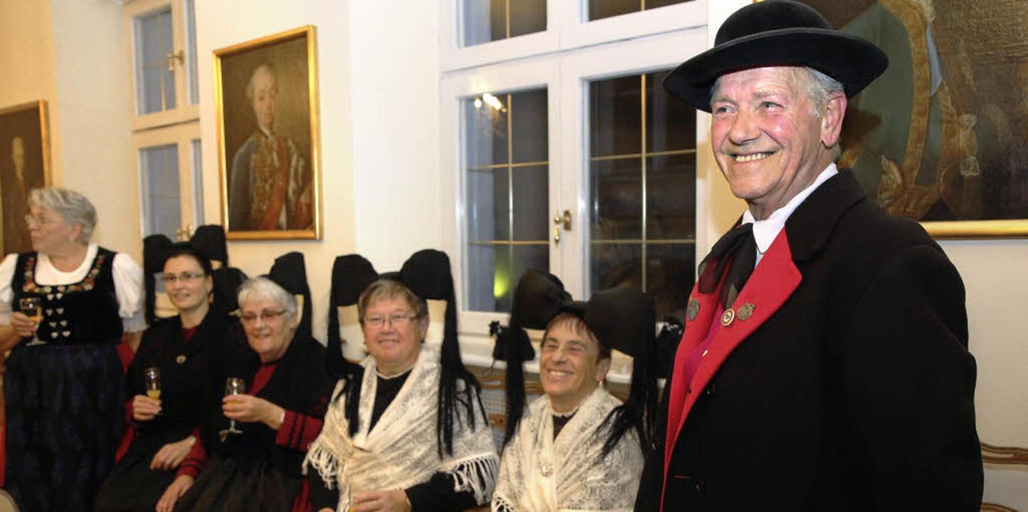 Die Markgräfler Tracht schmückt: Gründ... Erich Müller (rechts) im Bürgersaal.   | Foto: Dagmar Barber