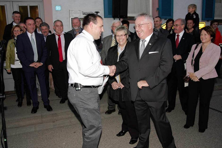 Wahlausschussvorsitzender Andreas Gerber (l.) gratuliert Johann Gerber zur Wiederwahl. Der freut sich mit seiner Frau Angelika. (Foto: Martin Wendel)
