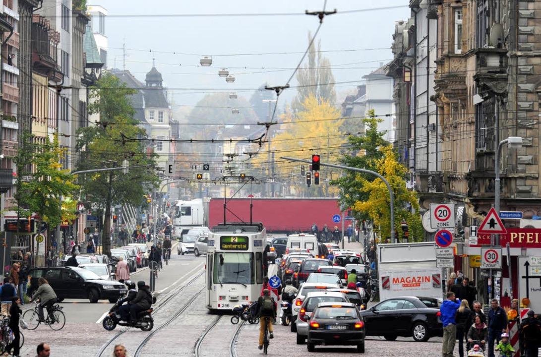 Blick durch die Kaiser-Joseph-Straße i...uralgischen Freiburger Verkehrsknoten.  | Foto: Ingo Schneider