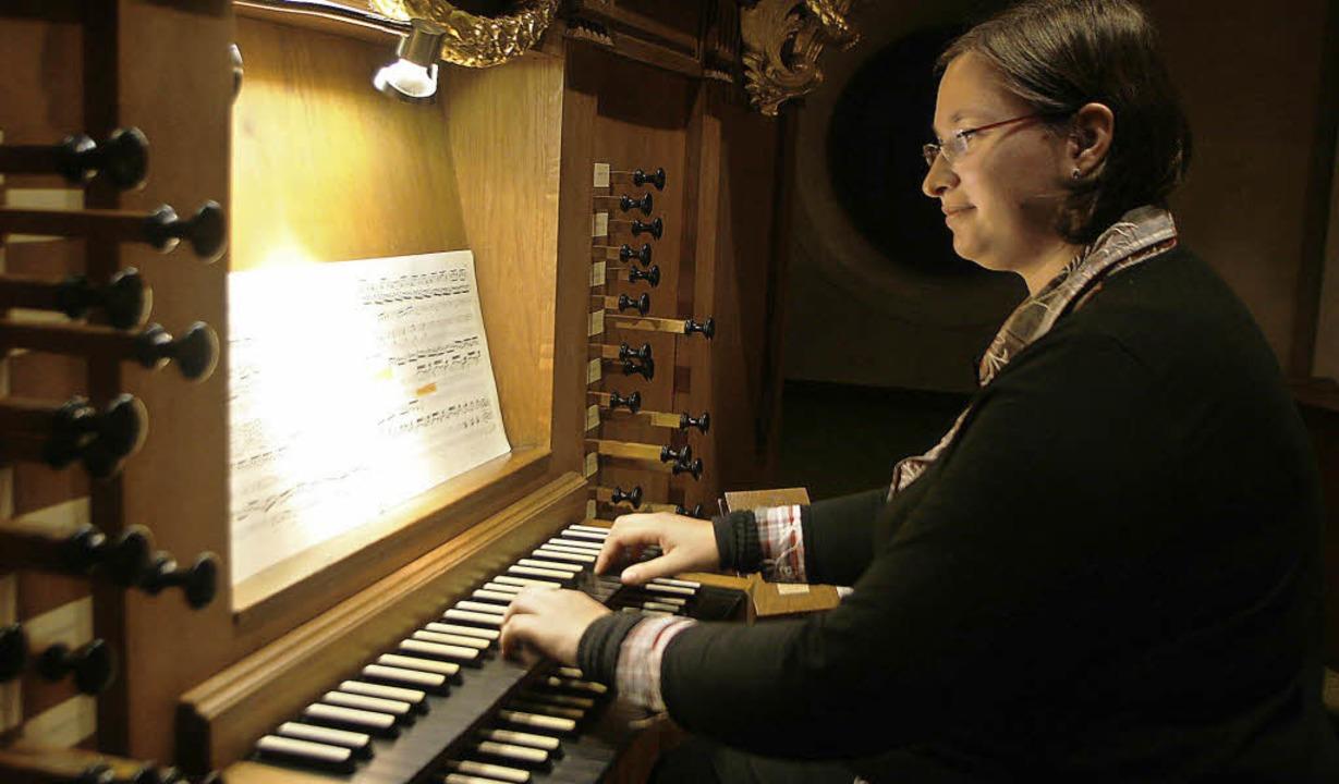 Sabrina Blüthmann an der Stieffell-Orgel der Kuhbacher Kirche   | Foto: Heidi Fössel