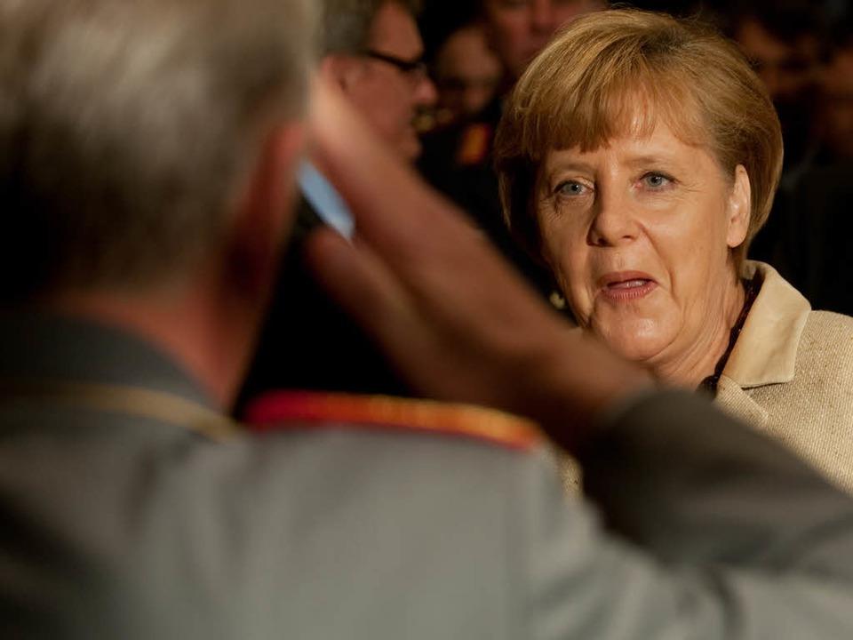 Bundeswehrtagung in StrausbergBrandenb...l Volker Wieker begrüßt die Kanzlerin.  | Foto: dapd