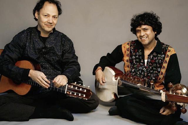 Achtsaitige Gitarre und Sarod sind in Stegen zu hören