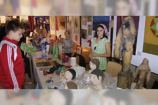Gemälde, Holzskulpturen und Musik