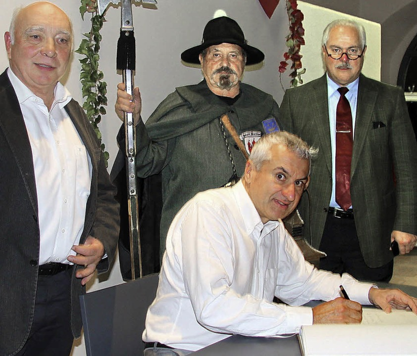 Sigolsheims Bürgermeister Thierry Spei... Buch der Burkheimer Nachtwächter ein.  | Foto: Herbert trogus
