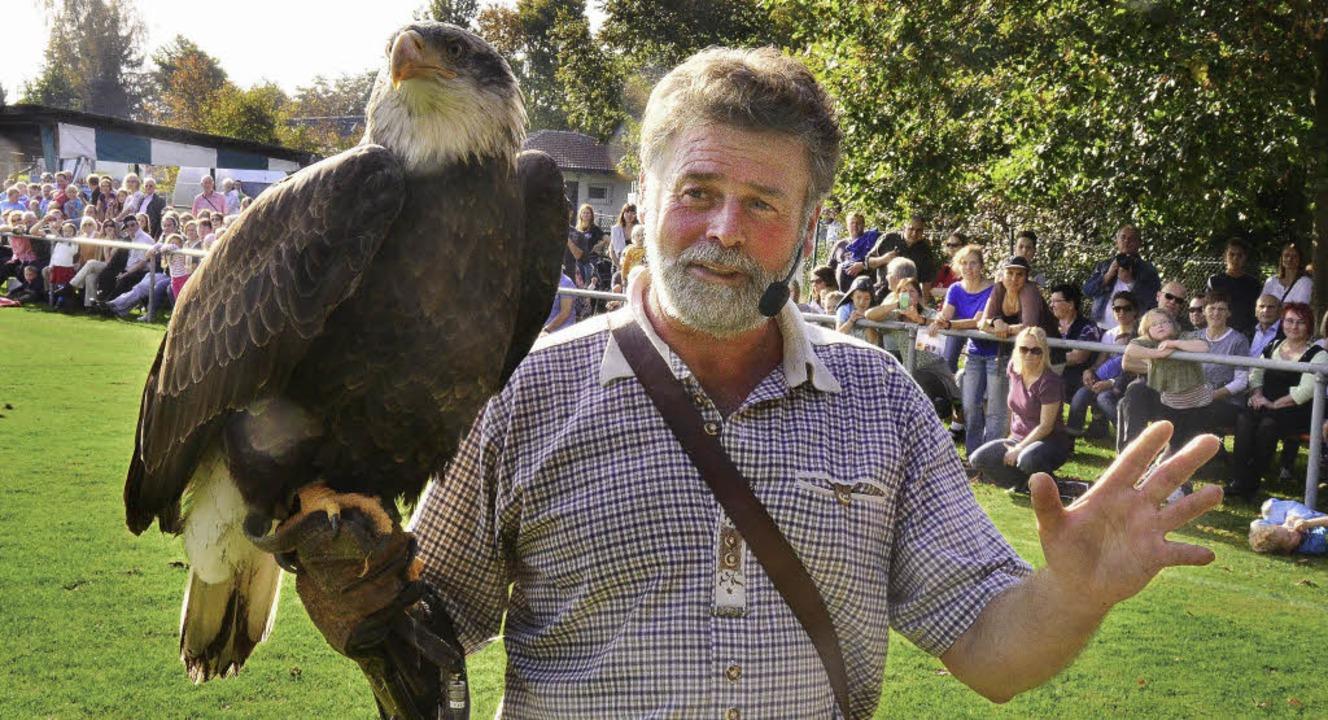 Raubvögel sind keine Körnerfresser; Be... brachte die Tiere dem Publikum nahe.   | Foto: ERggelet