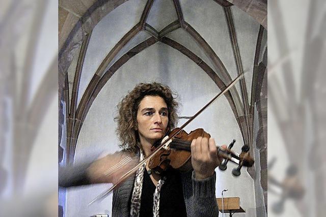 Eine Violinistin und mehrere Violinen