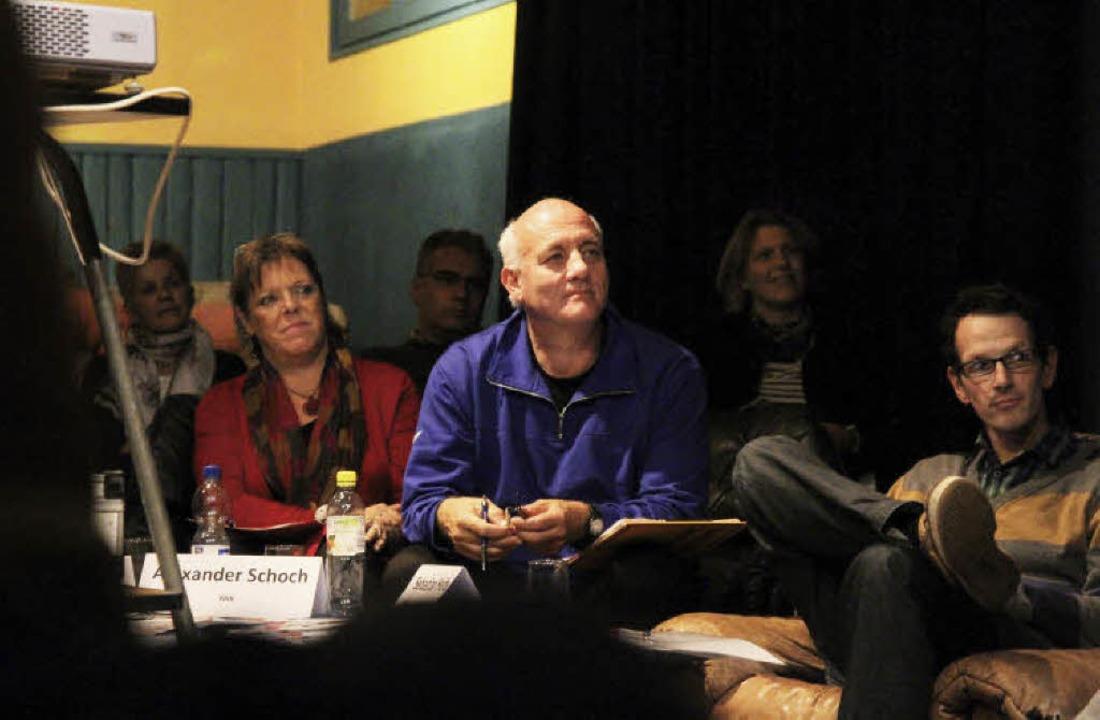 Intensiver Dialog im Jugendhaus mit Sa... (links) und Alexander Schoch (Mitte).  | Foto: Thilo Bergmann