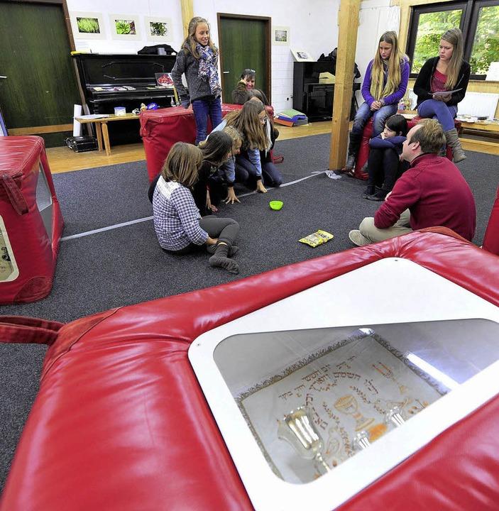 Das mobile Museum kommt in roten Würfeln in die Kapriole.  | Foto: Schneider