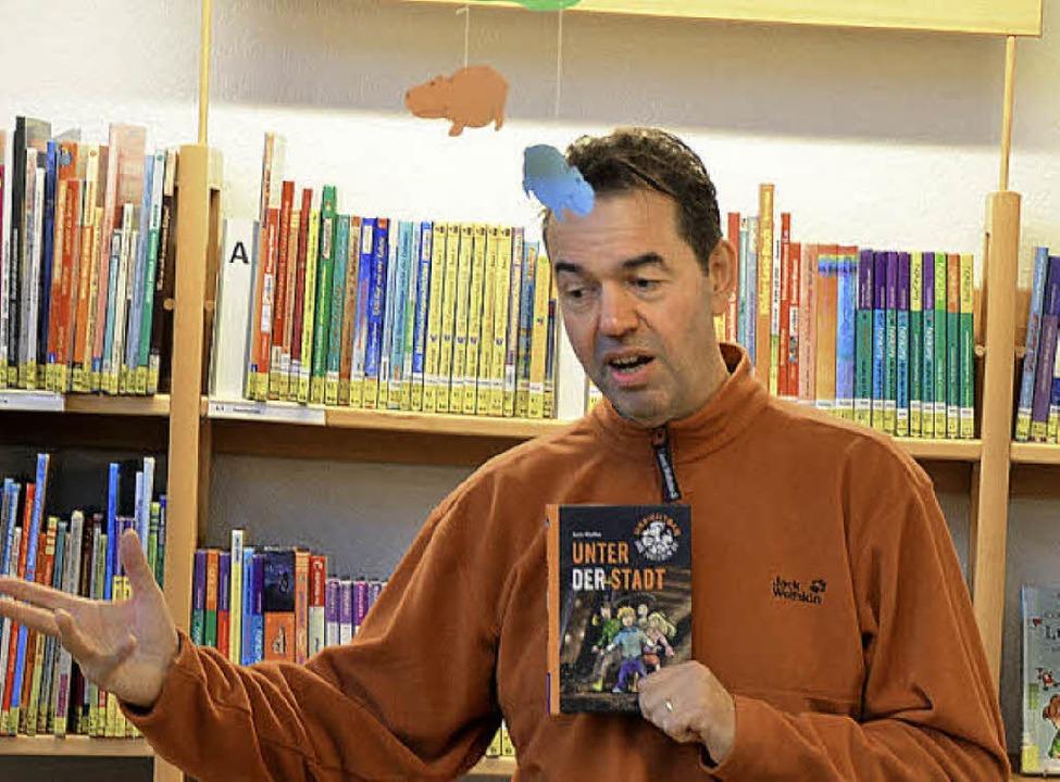 Der Autor Boris Pfeiffer unterhielt di...sung in der Breisacher Stadtbücherei.   | Foto: laura bodynek