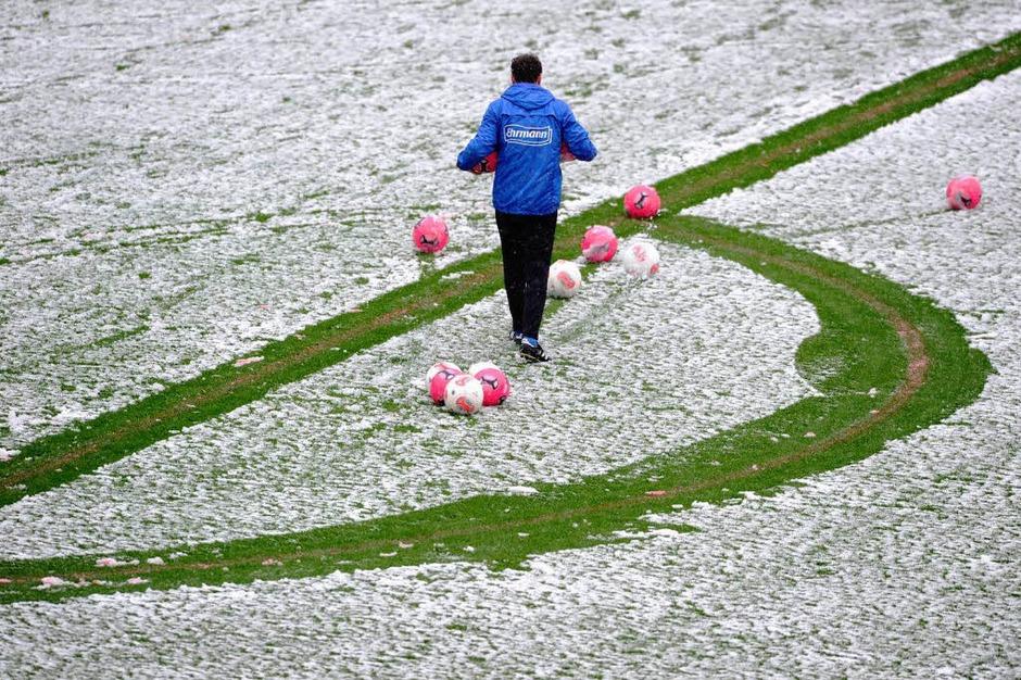 Vor Spielbeginn ist der Rasen im Mage-Solar-Stadion mit einer Schneeschicht überzogen. (Foto: dpa)