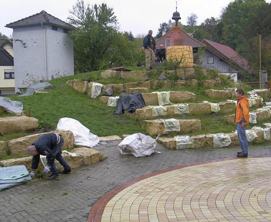 Helfer bei  Arbeiten am Energiesparhügel in Sankt Anton.    Foto: Hassler