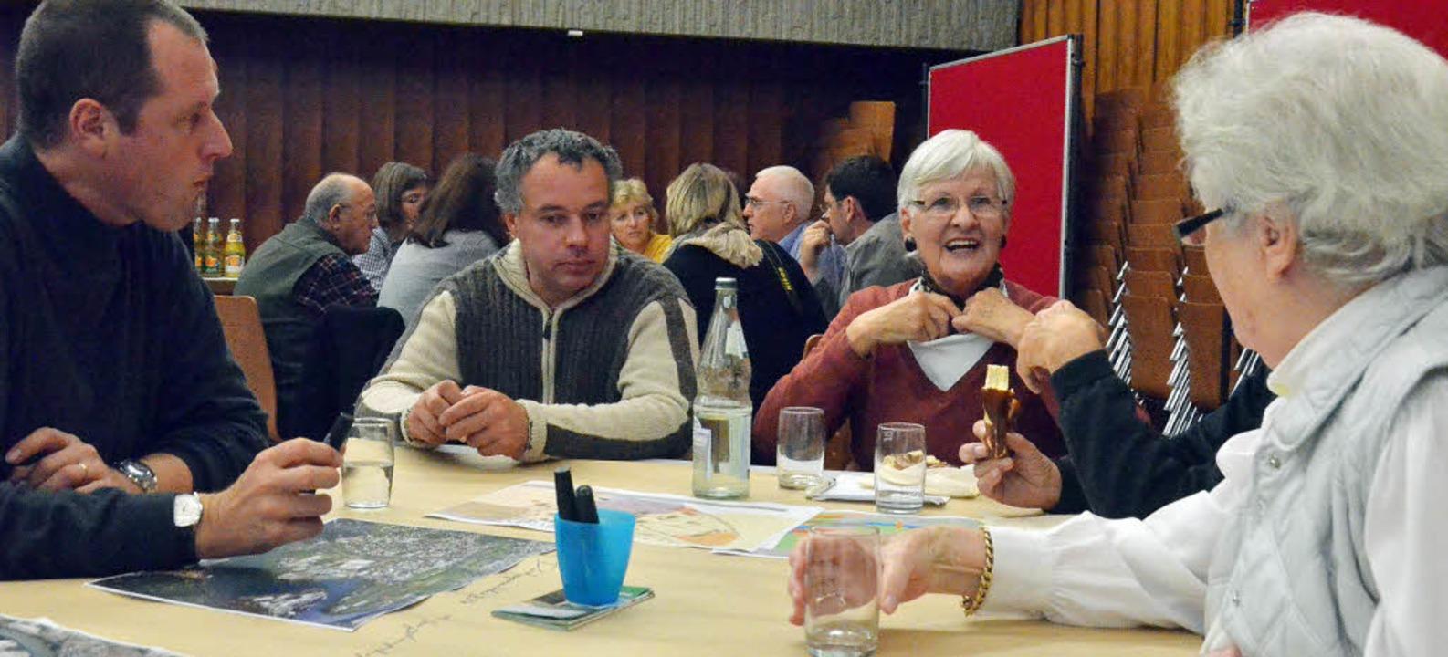 An sogenannten Dialogtischen diskutier...r künftigen Entwicklung der Gemeinde.   | Foto: Ralf H. Dorweiler