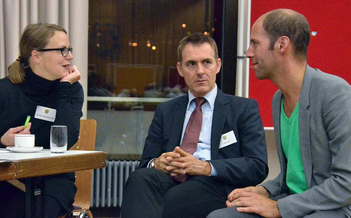 Monika Neuhöfer-Avdic (von links) und Jörg Lutz sprechen mit Manuel Herz  | Foto: Ralf H. Dorweiler
