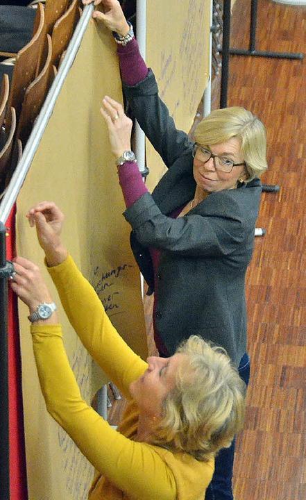 Christine Grüger (hinten) hängt mit Karin Lischer Ergebnisse auf  | Foto: Ralf H. Dorweiler