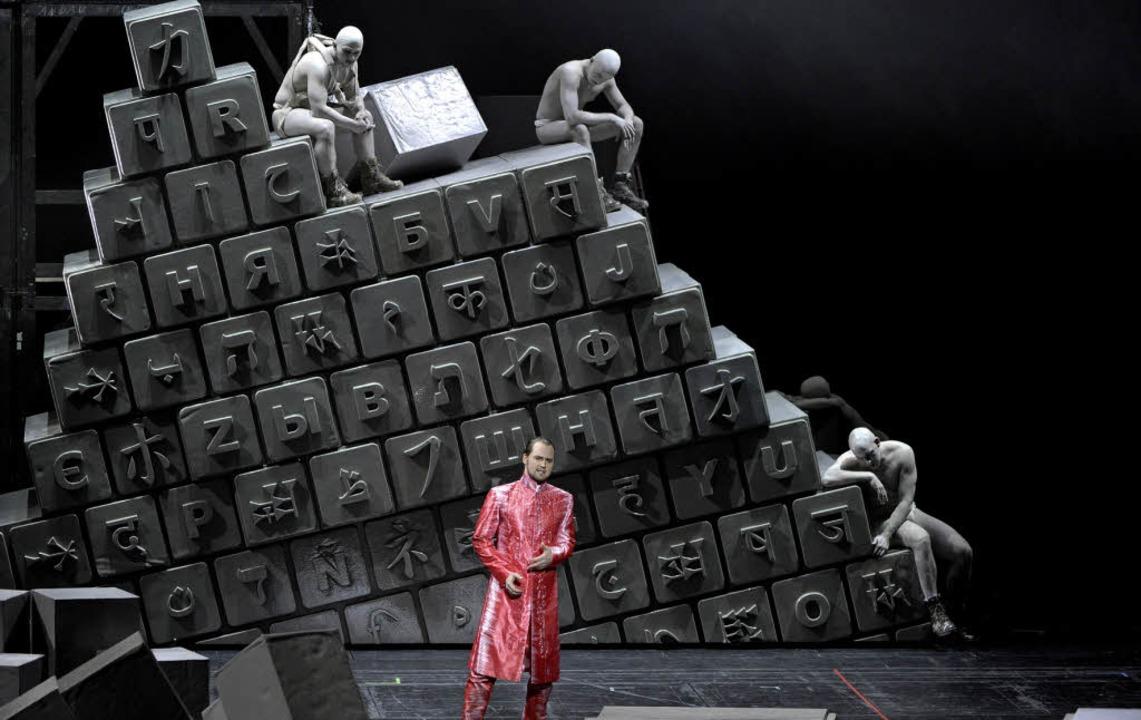 Tammu (Jussi Myllys) vor Babels Turm als Symbol für Sprachverwirrung  | Foto: dapd