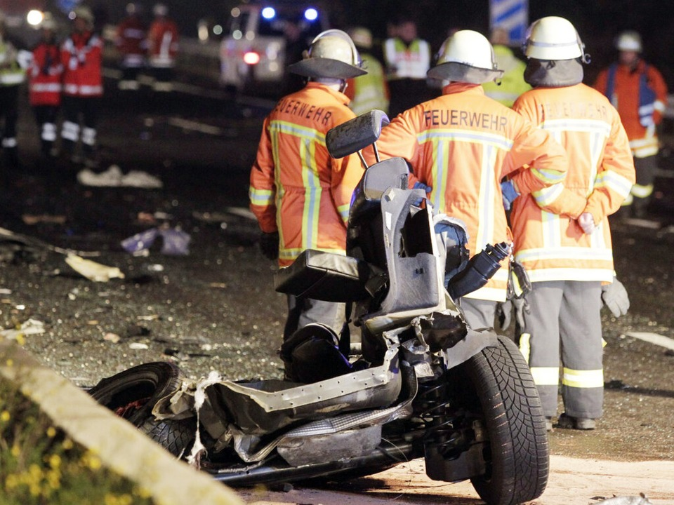 Szenen des Schreckens: Die Trümmer des...heftig der Aufprall gewesen sein muss.  | Foto: dpa