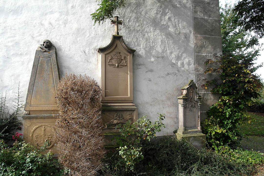 Hinter der Kirche befinden sich die Gräber der ehemaligen Schlossbewohnern  | Foto: Gottfried Blansche