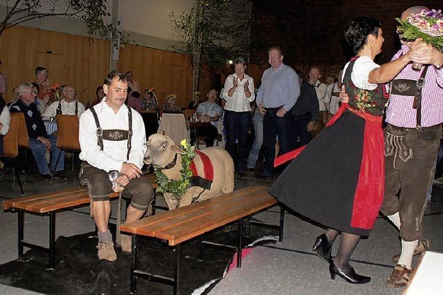 20 Paare tanzen im Walzertakt um den Weisweiler Kilwihammel