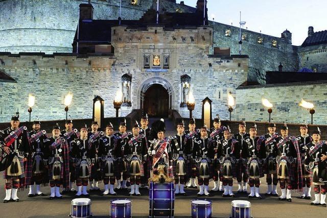 Marschmusik: Swiss Highlanders spielen in Laufenburg