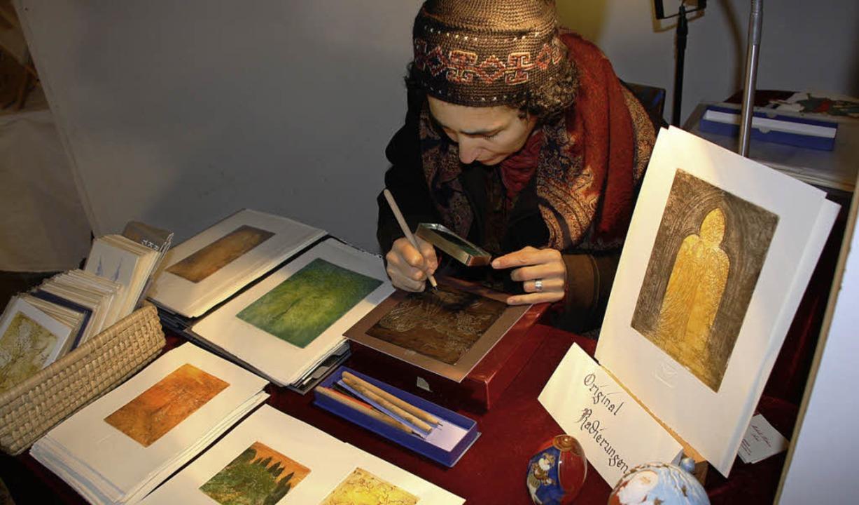 Michelle Hothum bearbeitet eine Metallplatte.    Foto: Christiane Franz