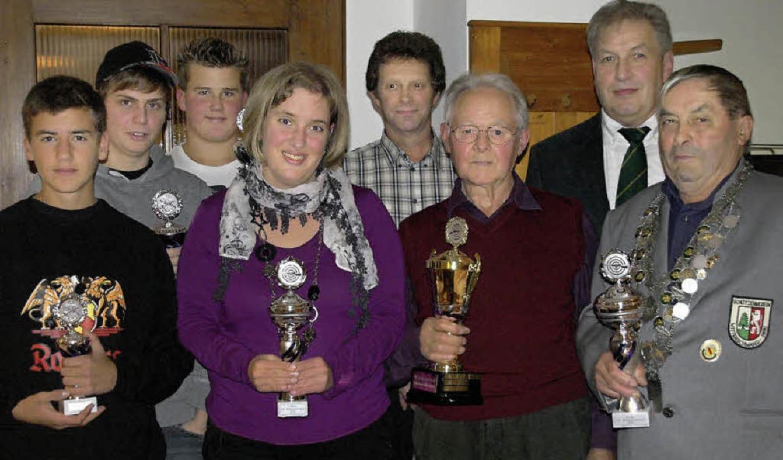 Bei der Königsfeier des Schützenverein...(von links) ihre Pokale entgegennehmen  | Foto: Karin Stöckl-Steinebrunner