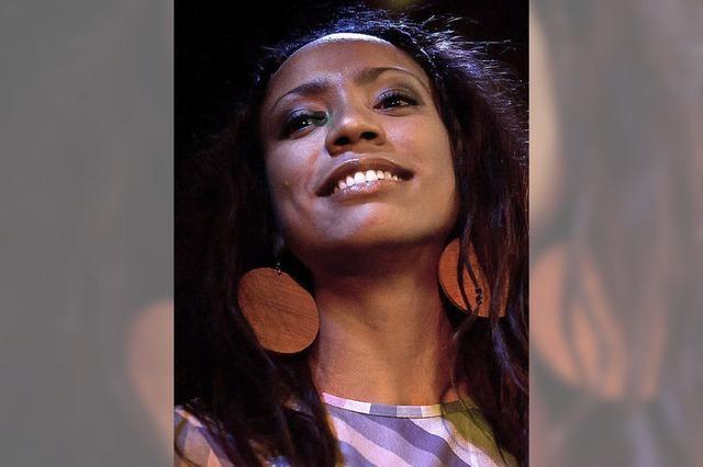 Y'akoto im Jazzhaus: Die Stimme und das Strahlen
