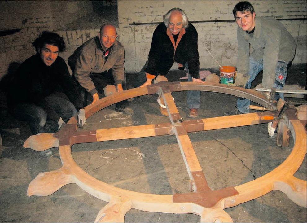 Helmut Lutz (Zweiter von rechts) beim Abbau der Radbühne in Neuf-Brisach  | Foto: Emil Göggel