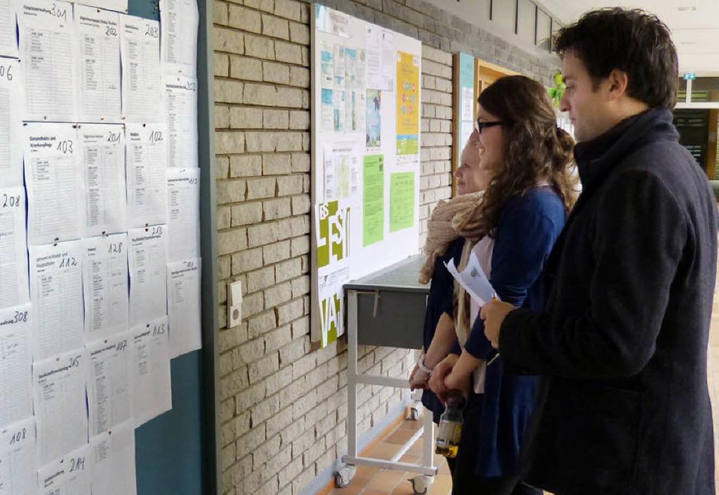 Schülerinnen und  Referenten bestaunte...reisacher Martin-Schongauer-Gymnasium.  | Foto: susanne Bremer