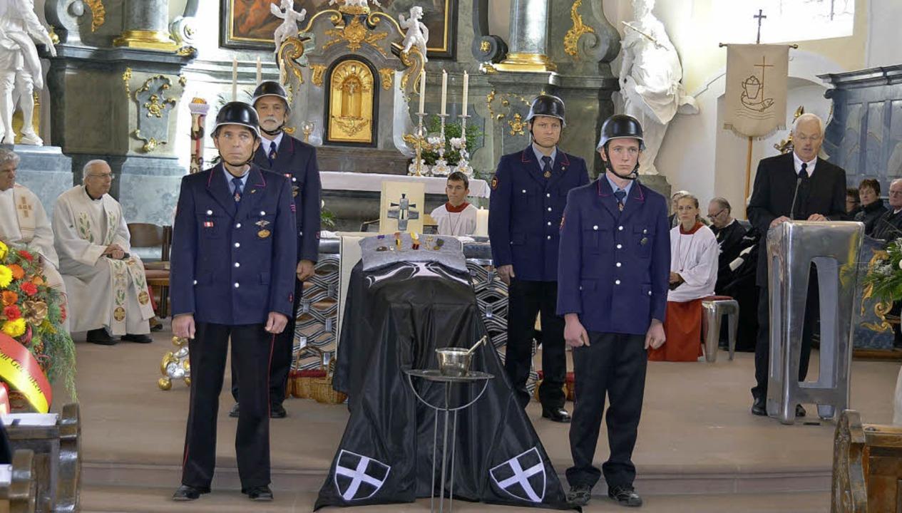 Die Merdinger Feuerwehr hielt Ehrenwac...en verstorbenen Ehrenbürger würdigte.   | Foto: manfred frietsch