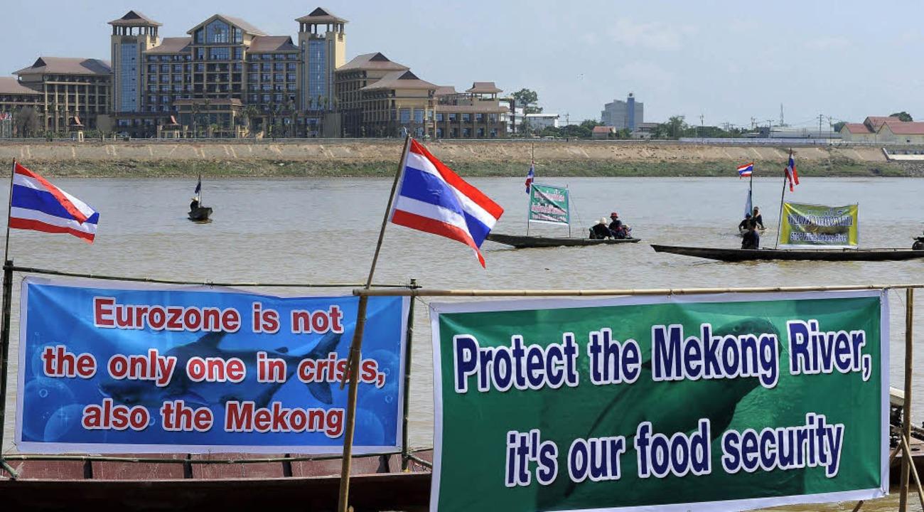 Mekong-Anwohner aus Thailand protestie...Staudamm. Spatenstich ist am Mittwoch.  | Foto: dpa