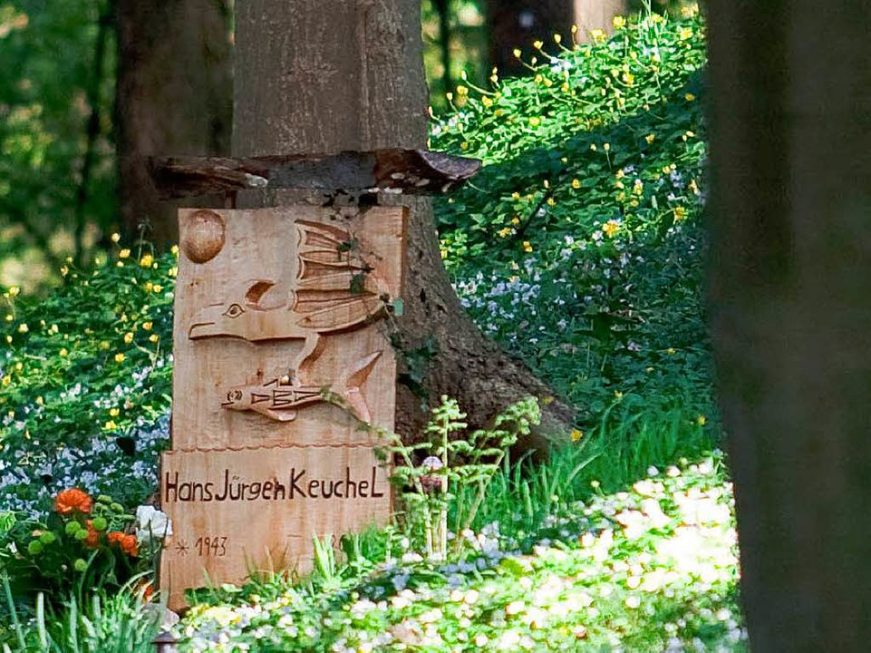 Eine Grabstelle in Roths Gärten der Be...nitten, E-Gitarren oder Zwergen schmüc    Foto: BZ