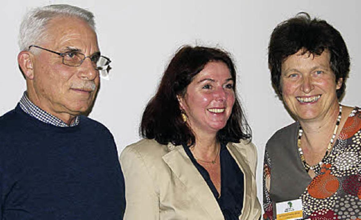 Norbert Schaub und  Assistentin Marika... Gertrud Schweizer-Ehrler (von links)   | Foto: Model
