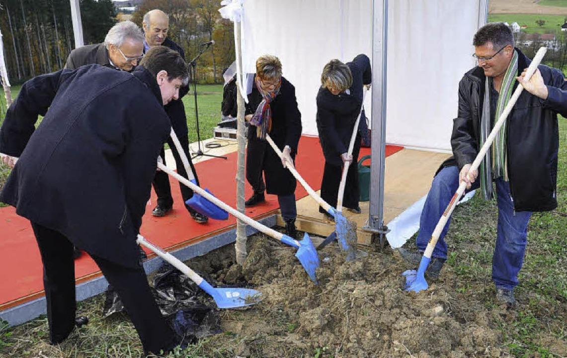 Sabine Pegoraro und Béatrice Lagarde b... Oser, Gemeindepräsident Schönenbuch.   | Foto: Annette Mahro