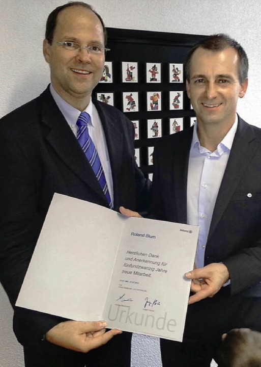 Gratulation zum Geschäftsjubiläum: Dir...kunde an Generalvertreter Roland Blum.  | Foto: Privat