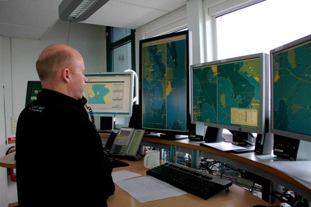 Bitte melden! Mats Braun von der   See...akt mit einem Frachter im Öresund auf.  | Foto: Hannes Gamillscheg