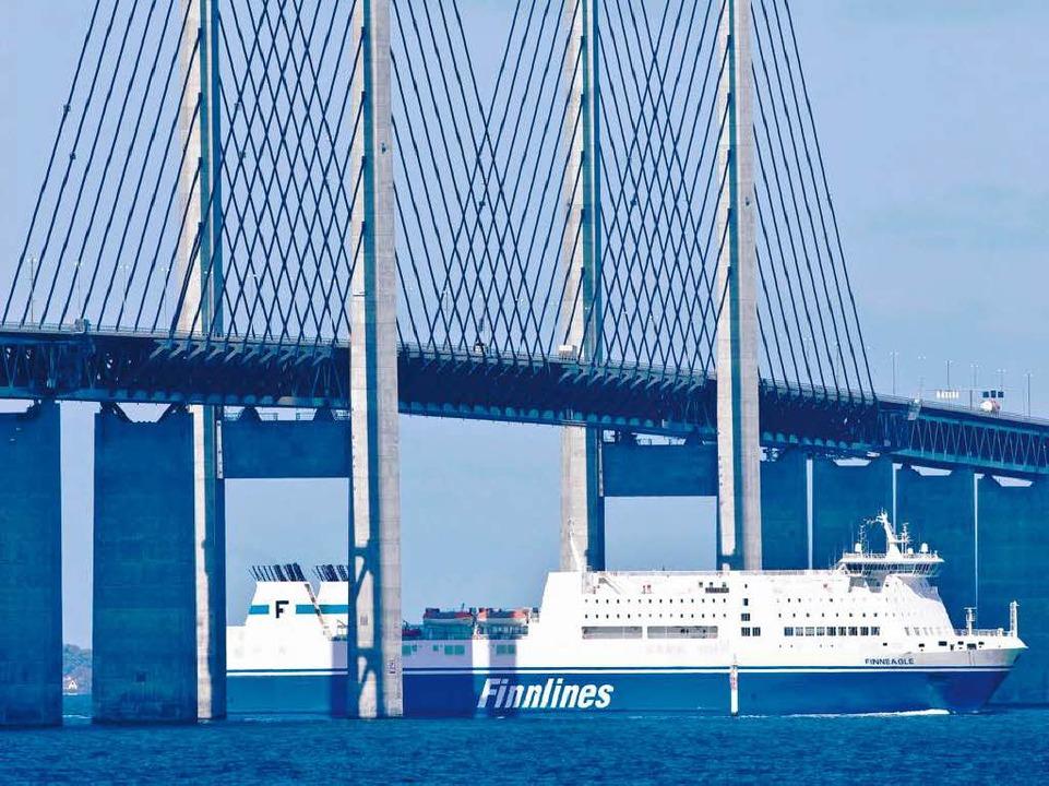 Die passt noch durch: Fähre unter der Hochbrücke über den Öresund bei Malmö  | Foto: vario images