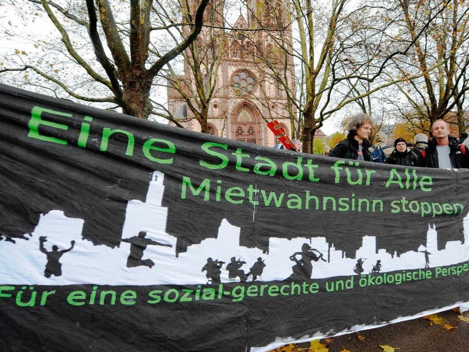 Die Demonstranten gingen in Freiburg g...n anderen Städten gab es solche Demos.  | Foto: dpa
