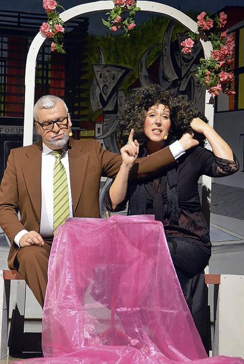 Burgi Rümmele (Egon Klauser) hat bei H...lke Hochstatter) nicht viel zu melden.  | Foto: Silke Hartenstein