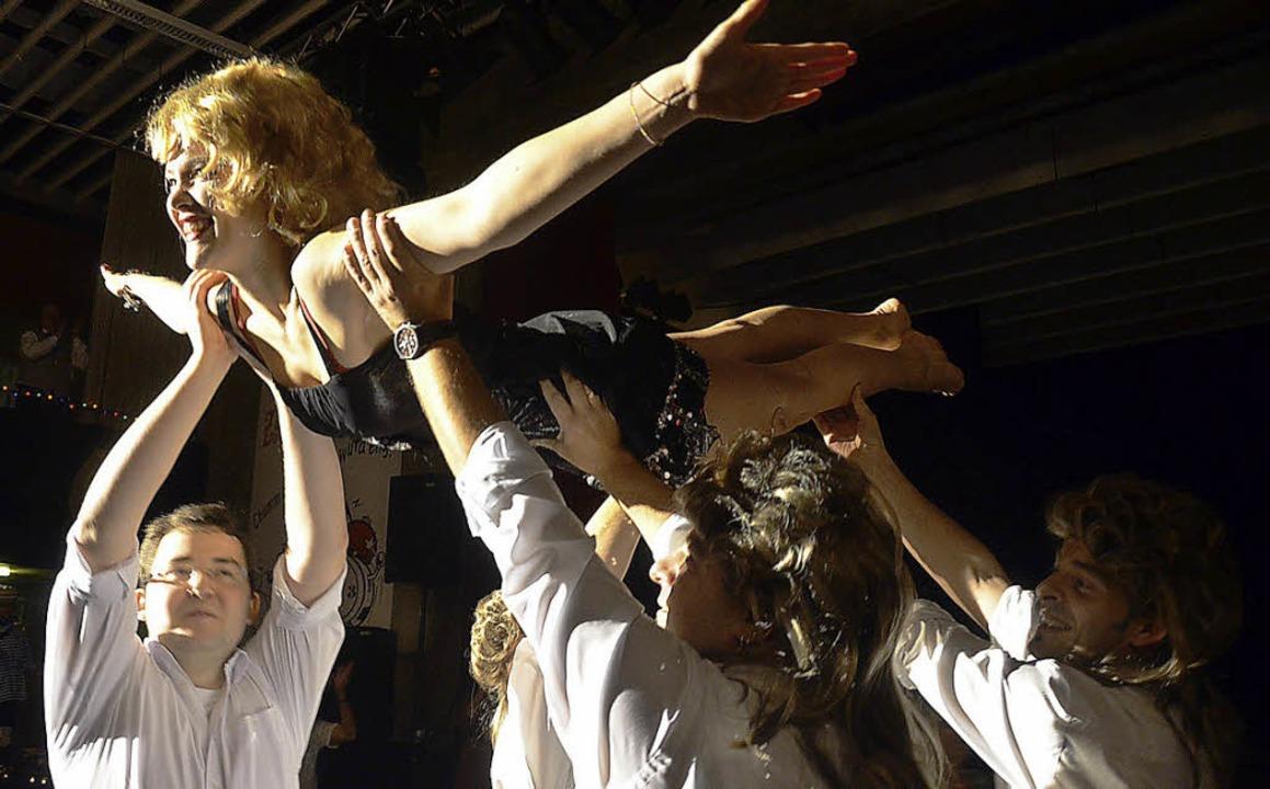 Tänzerin Lena Boos wird auf Händen getragen.  | Foto: Silke Hartenstein