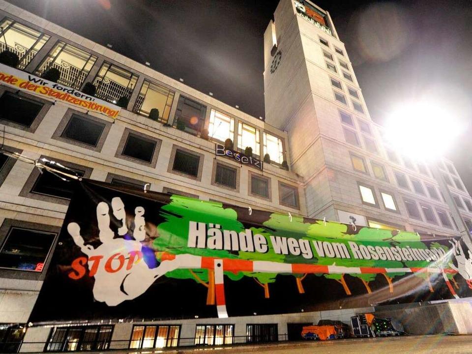 Aus Protest gegen Stuttgart 21 besetzt...vorübergehend das Stuttgarter Rathaus.    Foto: dpa