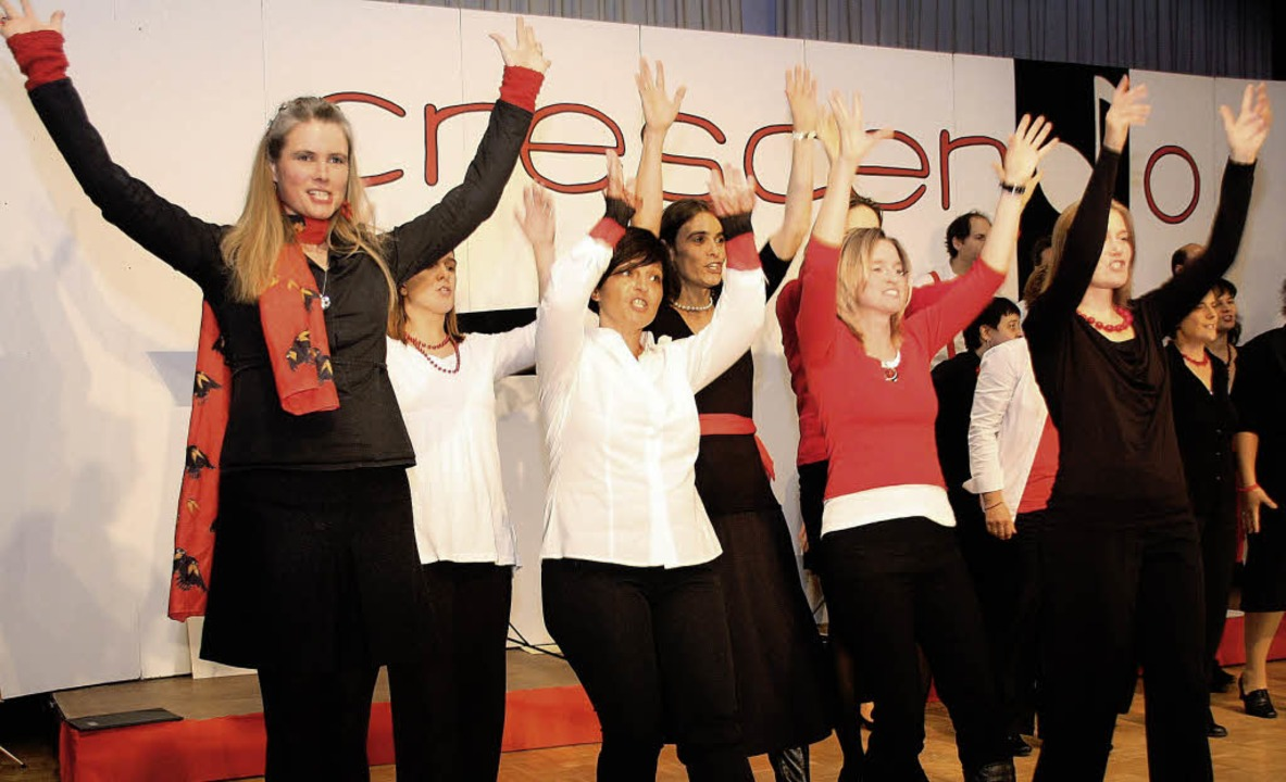 """Der Chor Crescendo beim Song """"Go...tion"""" bei seinem Jahreskonzert.     Foto: Silvia Faller"""