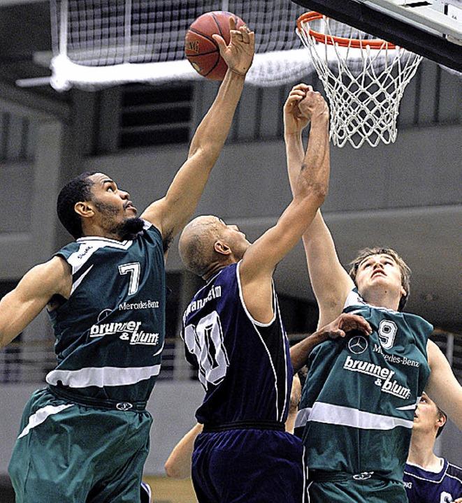 Aromeo Grigsby und Michael Blum (in Gr...li.) nehmen Danny Brose in die Mitte.   | Foto: Schön