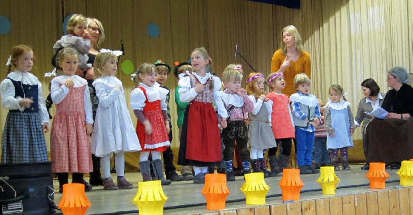 In Lied und Spiel zogen die Nordweiler...ährige Geschichte ihres Kindergartens.  | Foto: Reiner Merz