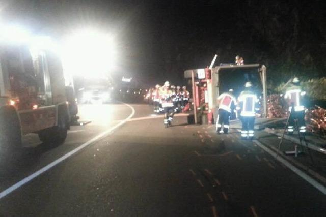 Laster kippt auf B 31 um – Straße 10 Stunden gesperrt