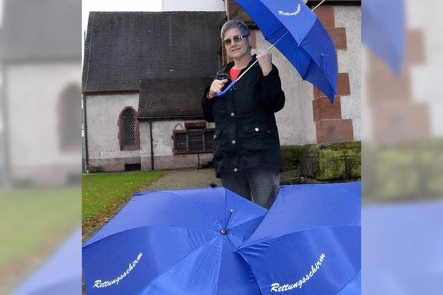 Maria Deschler spannt den Schirm auf