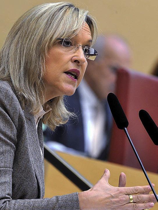 Steht  unter Druck, sieht sich aber im Recht: Ministerin Beate Merk   | Foto: dpa