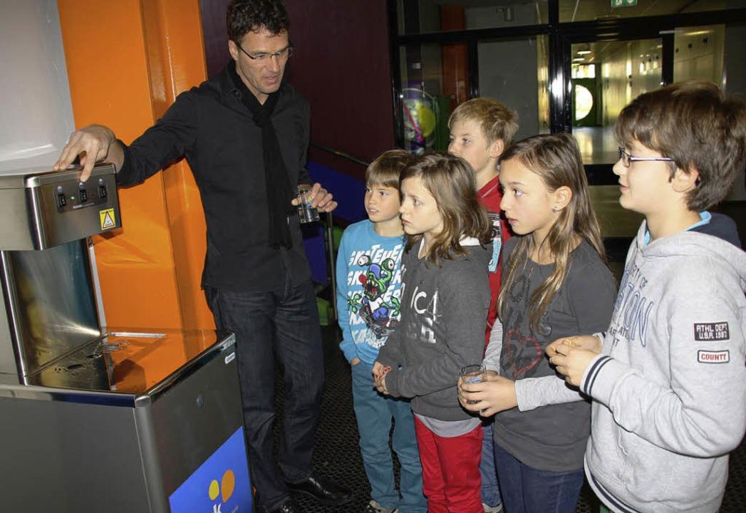 Schulleiter Ulrich Denzel erläutert de...nktion des neuen Trinkwasserspenders.   | Foto: Andreas Peikert