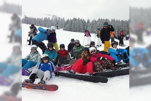 Wintersportler warten auf den Schnee in den Bergen