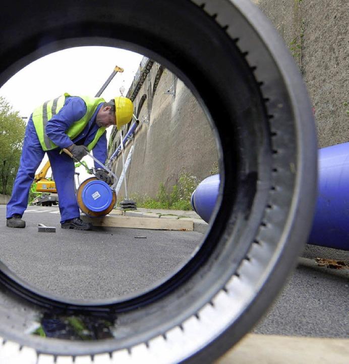 Um die Baustelle trocken zu halten, mu...er Rohre Grundwasser abgepumpt werden.  | Foto: DPA
